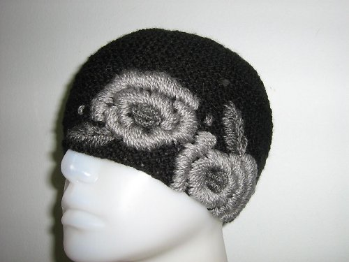 Černá, vyšívaná čepice
