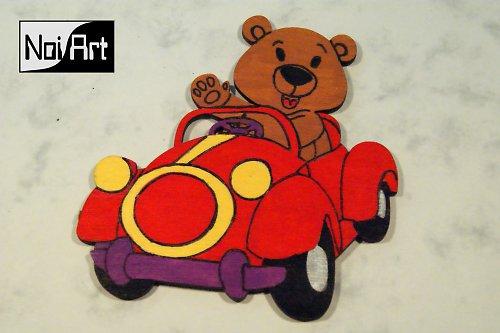 Macko v červenom autíčku