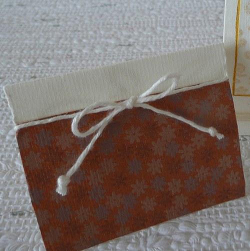 Zlatohnědá kartička k dárečku