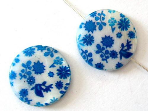 0705018/Perleťová placička s bílo/modrými květy