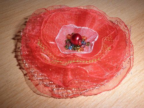 květina s červenou perlou