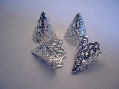 4 ks větších stříbrných zdobených kaplíků