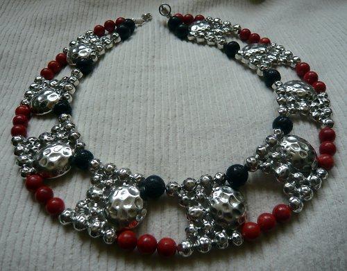 Extravagantní náhrdelník s lávou a leštěným korále