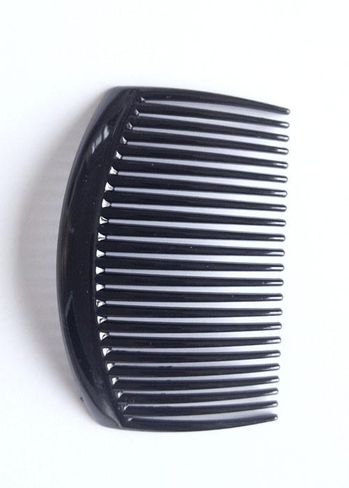 černý plastový hřebínek do vlasů