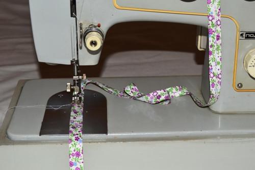 Bavlněný šikmý proužek fialové kytky šíře 15mm