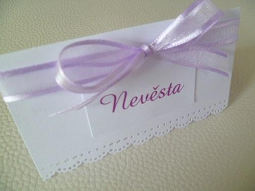 bílolila jmenovka na svatební stůl