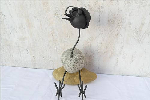 Pták kov a kámen sedící