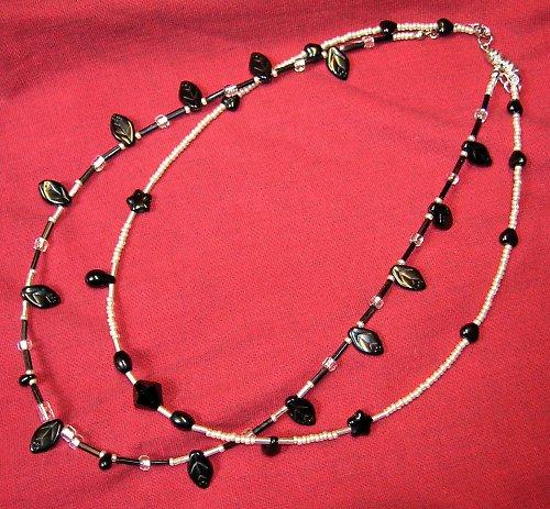 Černý náhrdelník s lístečky (12)