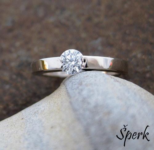 Zlatý prsten s briliantem.....................