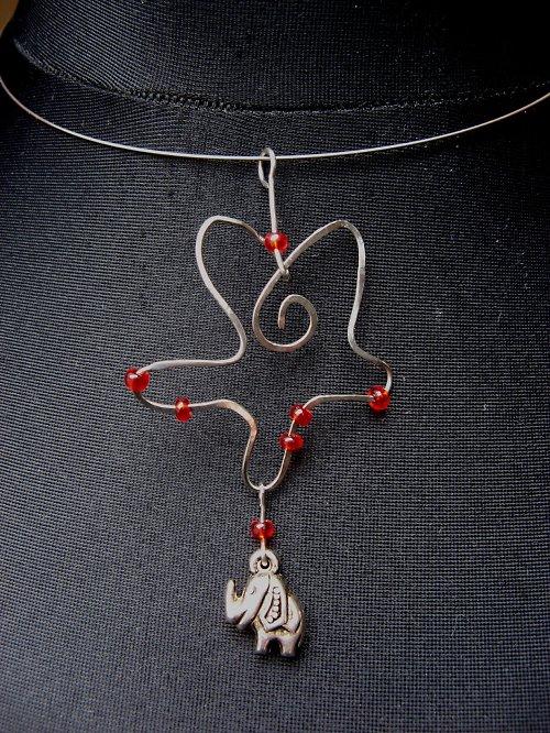 Sloni v červené - náhrdelník