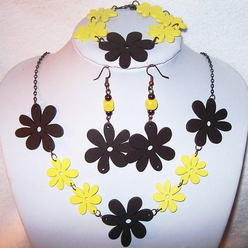 žlutohnědé dřevěné kytky