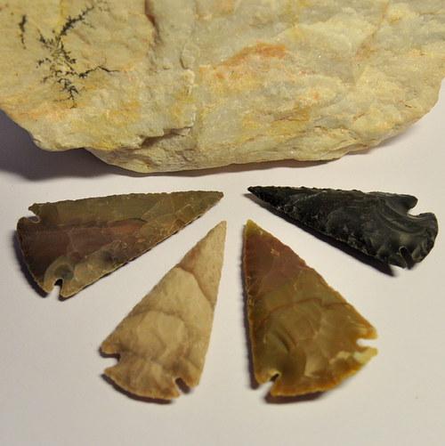 5.Jaspis - vytesaná velká šipka přírodní 58x30 mm