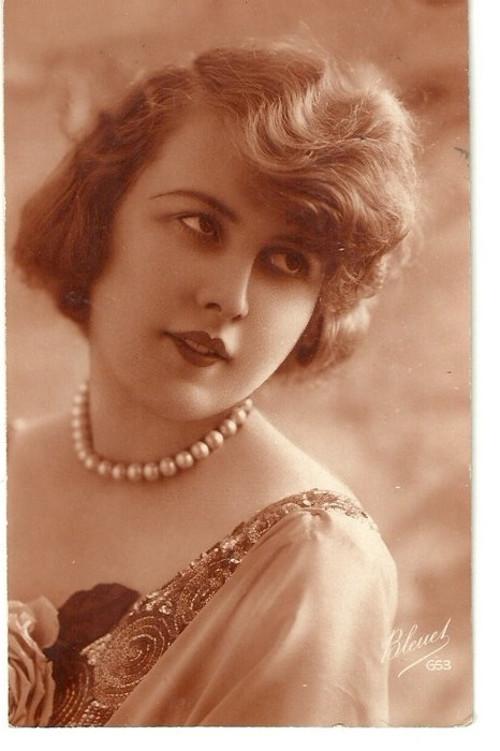 Umělecká pohlednice zasněná žena