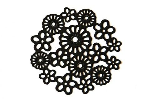 Měděné kolečko - černé květy