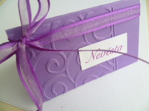 fialové  jmenovky s ornamentem