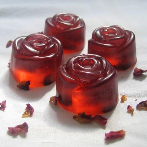 Mýdlové růžičky s mandlovým olejem a plátky růží