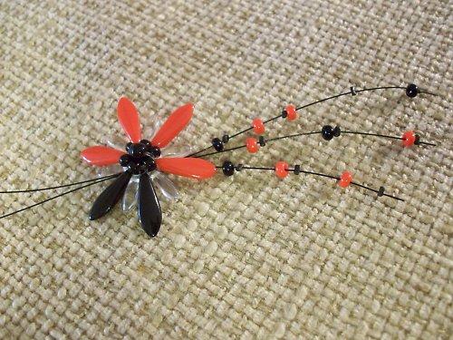 Červenočerný květ