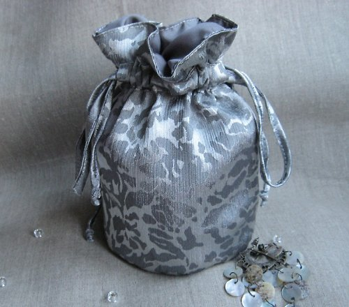 Stříbrná kabelka - taštička - pompadůrka