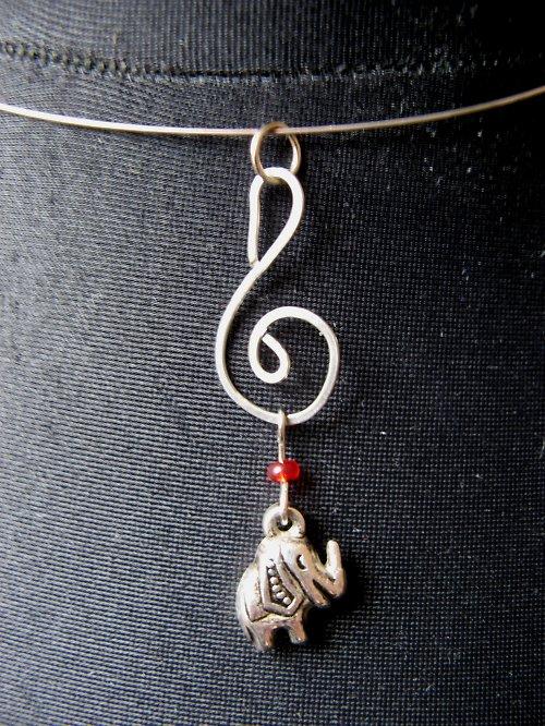 Sloni v červené - náhrdelník menší