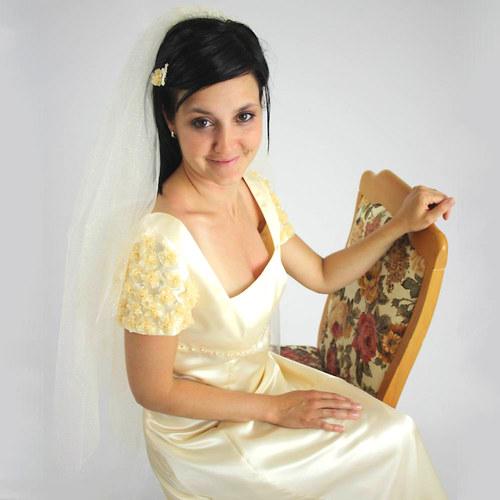 Splývavé svatební šaty krémové