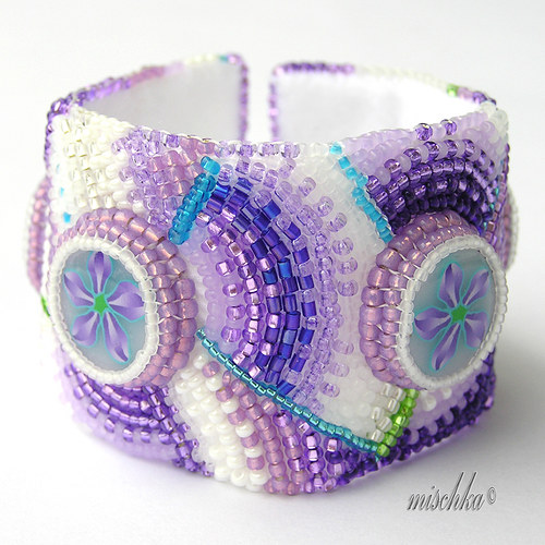 Náramek s fialovými kvítky