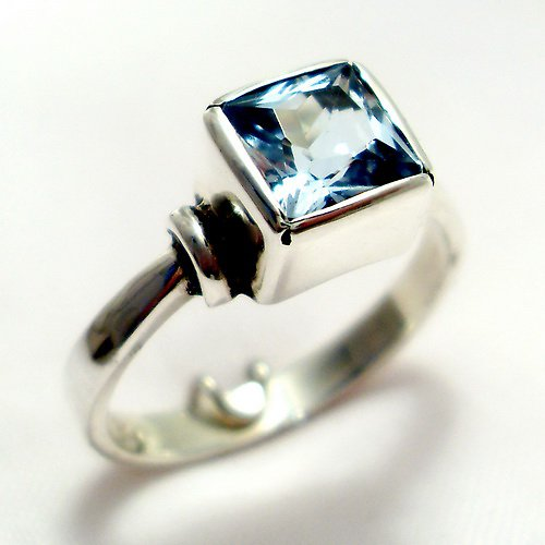 Prsten «Čtverec» - stříbro 925, modrý topaz