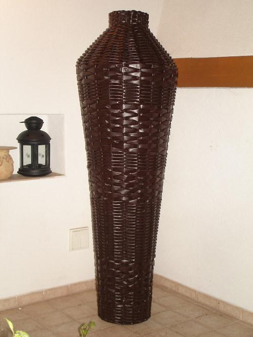 váza pletená z papíru