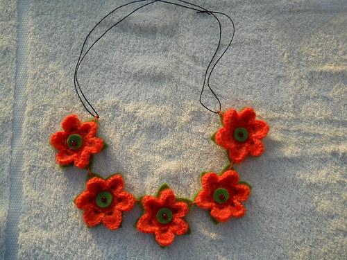 veselý květinový náhrdelník