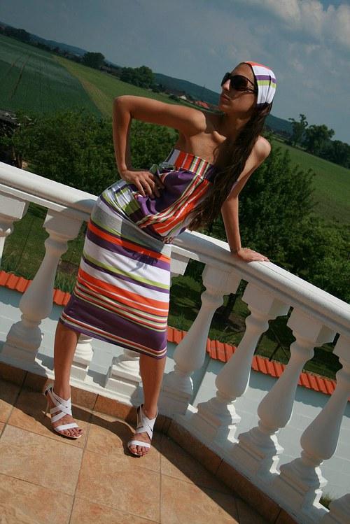 Dvoudílné šaty s proužkem