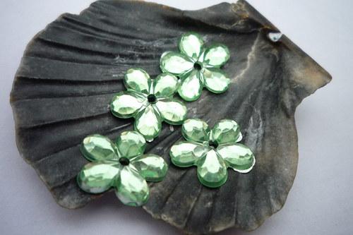 plastové kytičky 20 ks-  č.7 sv. zelená