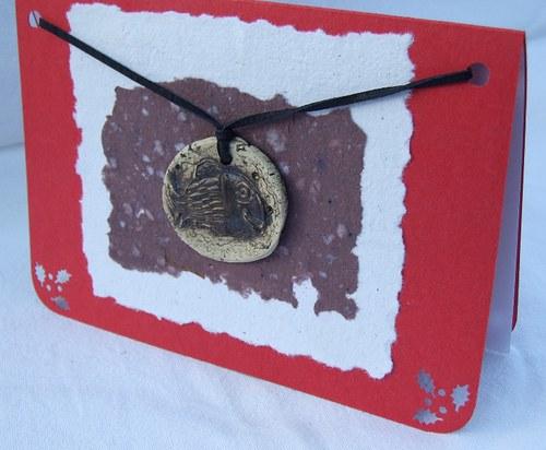 Přáníčko s keramickým přívěškem - kapřík