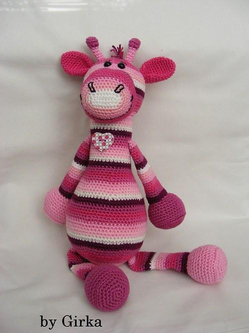 Žirafka v rúžovom šate