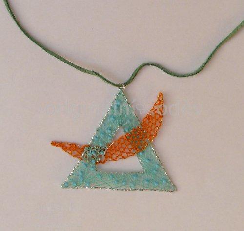 Paličkovaný náhrdelník - tyrkysový trojúhelník
