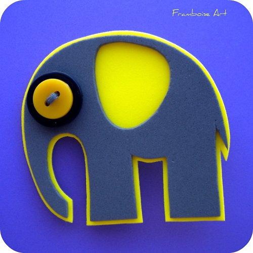 Šedivo žlutý slon