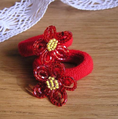 Gumička s korálkovou kytí - červená