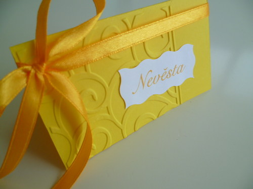 žluté jmenovky s ornamentem