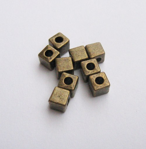 Korálky  4 x 4 mm  20 ks.
