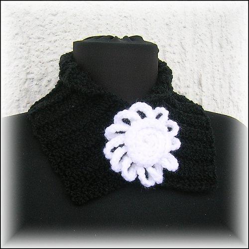 Černý nákrčník s bílým květem a dalším květem na výměnu