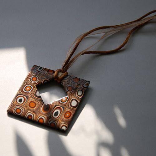 Hnědý čtvereček s mozaikou