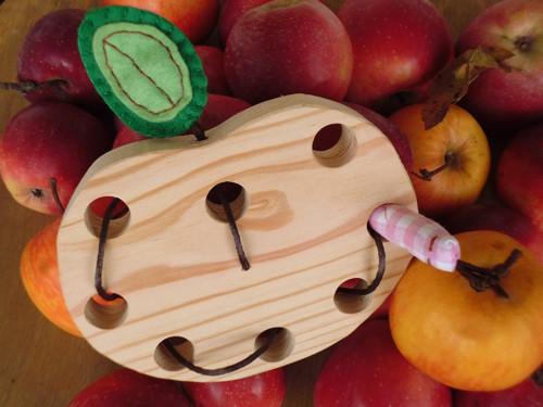 Červíku vylez !  /jablko - provlékání/