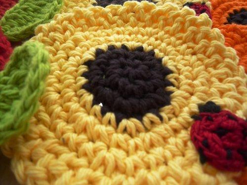 Podložky pod hrníčky - Žlutá květina s beruškou