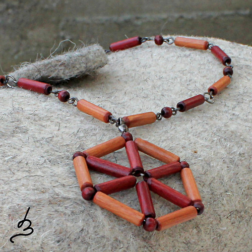 Dřevěný náhrdelník s přívěskem