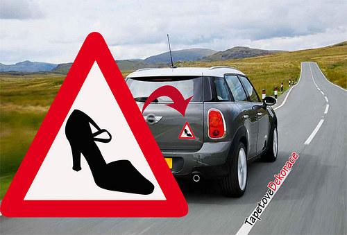 Pozor řídí žena - samolepka na auto 13x13 cm