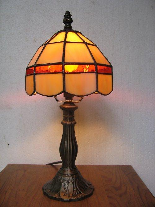 béžová lampa s oranžovým pruhem