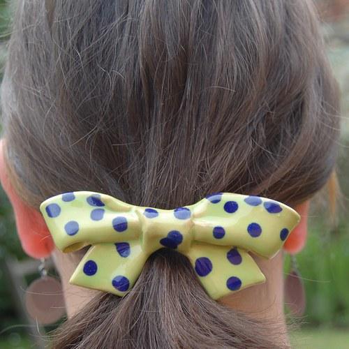 Žlutá mašle s modrými puntíky