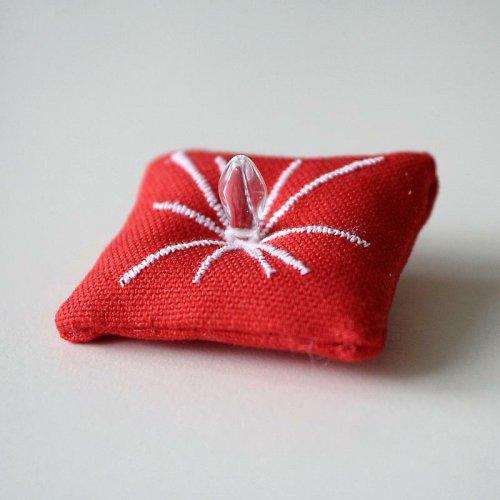 Červená polštářková brož, malá květ