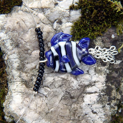 Náhrdelník pruhovaná rybka - tmavě modrá