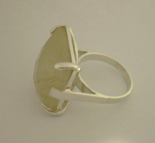 Stříbrný prsten se Sagenitovým křemenem.