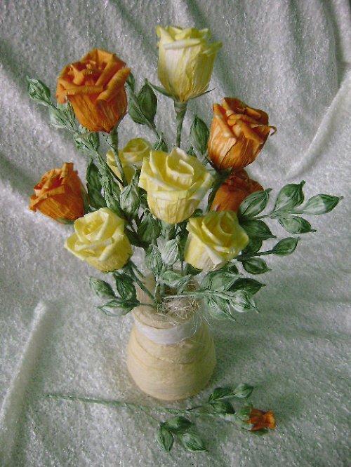 Papírová kytice růží ve zhotovené vázičce