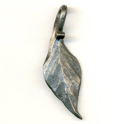 přívěsek kovaný list prohnutý